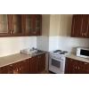 В квартире имеется холодильник,  стиральная машина,  микроволновка и кухонный гарнитур.