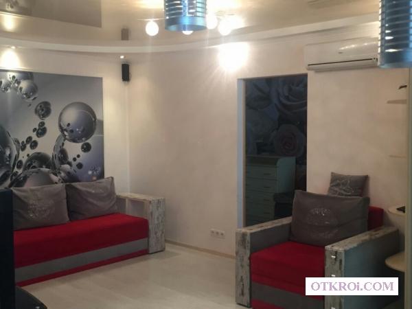 Двухкомнатную квартиру-люкс в Крыму (центр Феодосии) .
