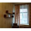 Комната теплая,  солнечная,  с одним окном.